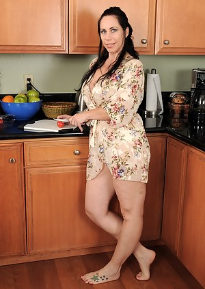 Free Mature Housewife Porn Pictures