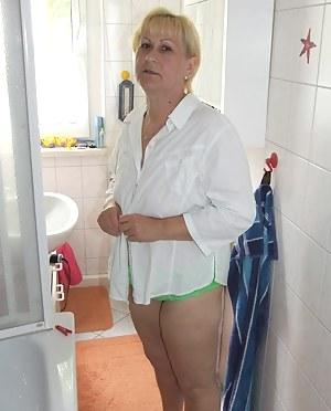 Free Mature Bathroom Porn Pictures